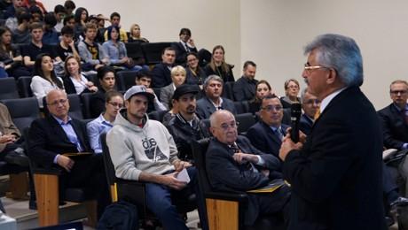 Oferece treinamento para pequenas e médias empresas de Curitiba que desejam importar ou exportar.