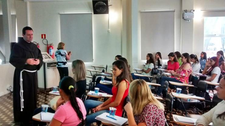 Frei Mário José Knapik, vice-presidente do Grupo Educacional Bom Jesus, recepciona os participantes do PROFOR