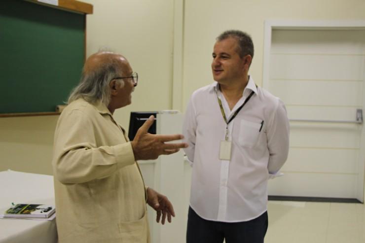 Jamil Zugueib Neto (à esquerda) e o coordenador do curso de Filosofia da FAE, Frei Jairo Ferrandin.