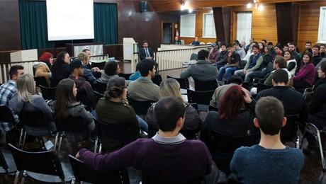 Debate entre alunos e vereador resulta em sugestões para criação de polos culturais e criativos na cidade.