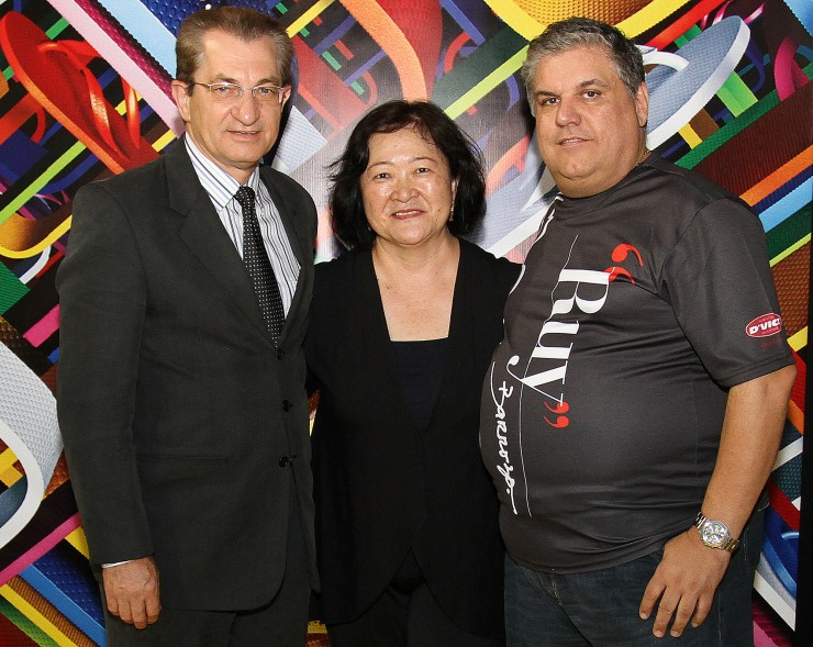 Frei Nelson José Hillesheim (Reitor da FAE), Ângela Hirata (Alpargatas S/A), Ruy Barrozo (Embaixador das Havaianas no Brasil)