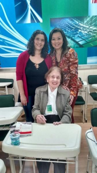 A escritora , Margarida Maria Teixeira de Freitas Mugiatti, ao lado da professora Cinthya Vernizi Adachi de Menezes e aluna.