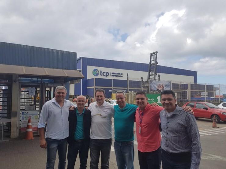 Na foto da esquerda para a direita: Marcelo Dias, despachante aduaneiro, professor Osvaldo Netto, professor José Ronkoski, professor Joaquim Brasileiro e Daniel, Comercial do TCP e professor Alexandre.