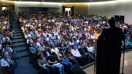 Evento do curso de Ciências Econômicas da FAE lota Teatro Bom Jesus com palestra sobre as perspectivas da economia brasileira.