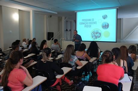 Frei Jairo Ferrandin, coordenador do curso de Filosofia da FAE Centro Universitário, recepciona os participantes do PROFOR