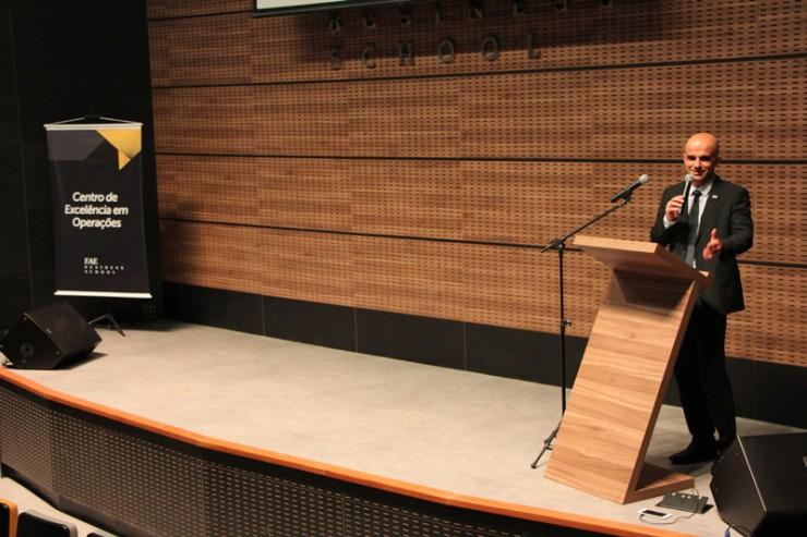 O diretor dos cursos de pós-graduação da FAE, José Vicente Bandeira de Mello Cordeiro.