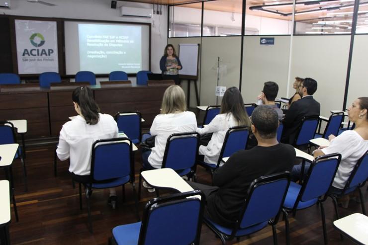 Amanda Novak, professora do curso de Direito da FAE São José dos Pinhais.