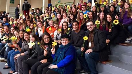 O Dia Nacional de Combate ao Abuso e Exploração Infantil é lembrado com flores pelos alunos de Psicologia e Direito.