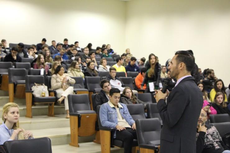 Palestra com Daniel Ayres Garcia sobre inteligências múltiplas.