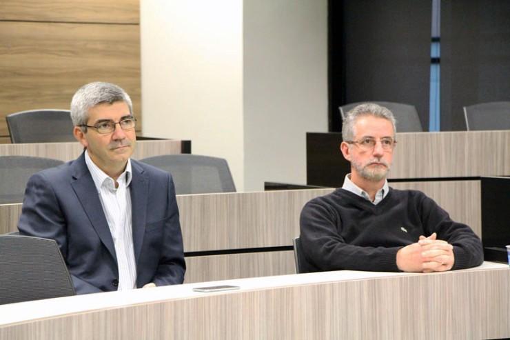 O diretor de Projetos de TI da Vivo Paraná, Daniel Varesio (à esquerda), e o coordenador do programa de ensino, professor Luis Pedro Zambon.