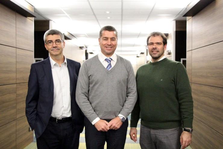 O diretor de Negócios da FAE Business School, Roberto Herrera, entre os diretores de TI da Vivo Paraná, Daniel Varesio (Projetos), à esquerda, e Alexei Korb (Infraestrutura).