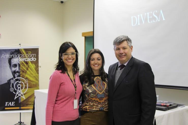 Elaine de Paula, gerente de Marketing do Grupo Divesa Paraná, entre os coordenadores do curso de Administração da FAE, Flavia Leticia Soares e Silva e Adriano Rogério Goedert.