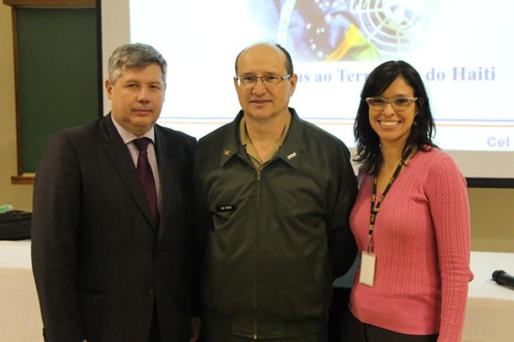 Coronel Tratz entre os coordenadores do curso de Administração da FAE, Flavia Leticia Soares e Silva e Adriano Rogério Goedert.