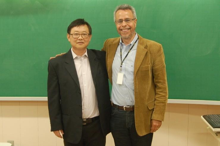 O palestrante Paulo Takashi ao lado do coordenador do curso de Negócios Internacionais, Joaquim de Almeida Brasileiro.