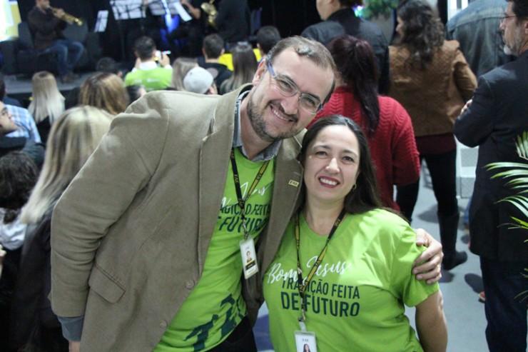 Everton Drohomeretski, pró-reitor de Ensino, Pesquisa e Extensão da FAE, e Andrea Bier Serafim, coordenadora do curso de Administração da Faculdade FAE São José dos Pinhais.