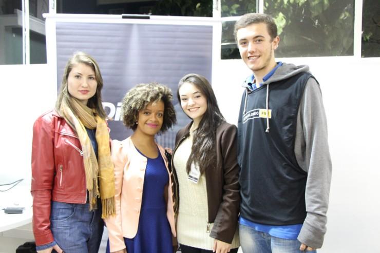 Alunos do curso de Direito da FAE com a Dr.ª Francielle Nascimento, palestrante convidada.