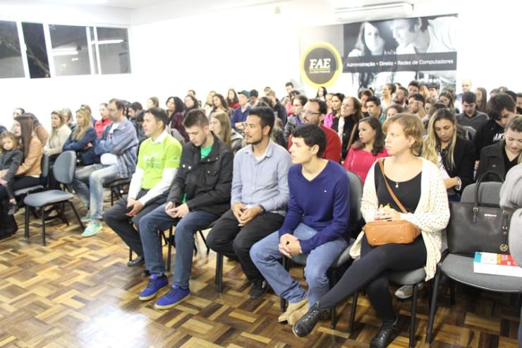 Público da palestra: Uma década de Lei Maria da Penha: avanços, obstáculos e perspectivas no combate à violência contra a mulher.