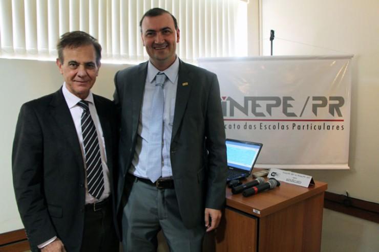 Na foto, o presidente do Sinepe-PR, Jacir Venturi (à esquerda), e o pró-reitor acadêmico da FAE, Everton Drohomeretski.