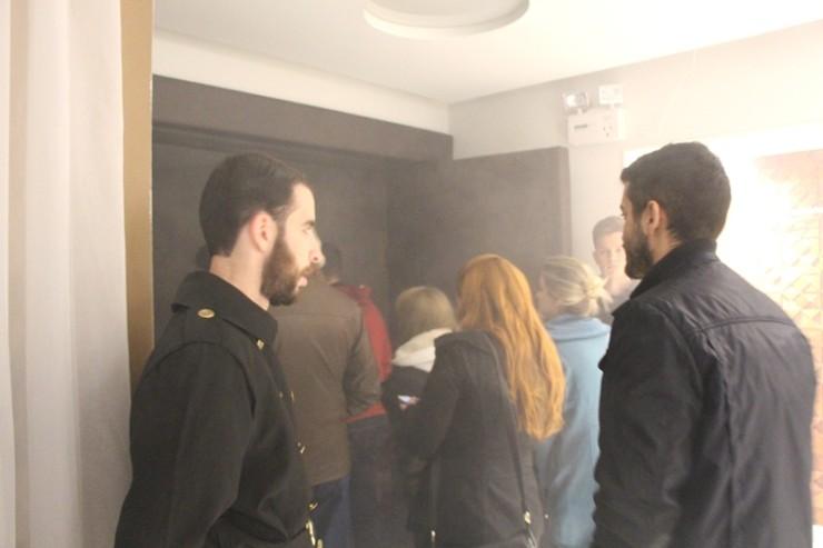 Fumaça logo na entrada já trazia um pouco do clima do espetáculo aos espectadores