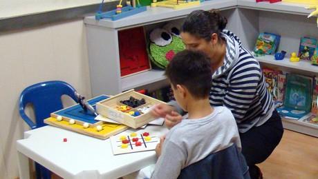 Futuros pedagogos FAE vivenciam as possibilidades lúdicas da brinquedoteca.