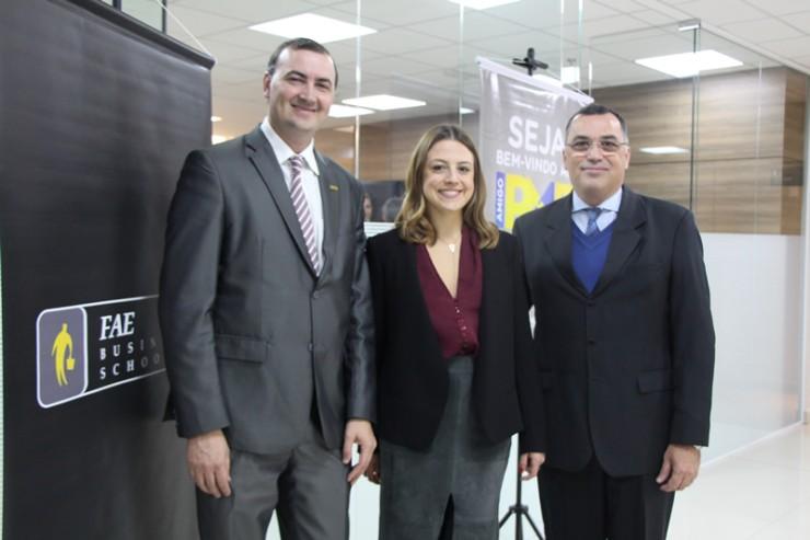 Everton Drohomeretski (à esquerda), pró-reitor de Ensino, Pesquisa e Extensão da FAE, Maria Teresa Fornea, diretora da Barigui Companhia Hipotecária, e Jorge Apóstolos Siarcos, diretor-geral do Grupo Educacional Bom Jesus e reitor da FAE.