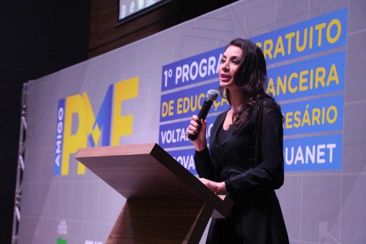 Valquiria Melnik, mestre de cerimônias e apresentadora da RIV TV Paraná.