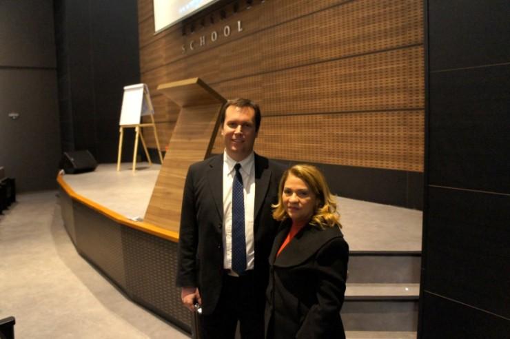 O professor Wesley Peach ao lado da coordenadora do curso de pós-graduação em Engenharia de Negócios, Cleonice Bastos Pompermayer