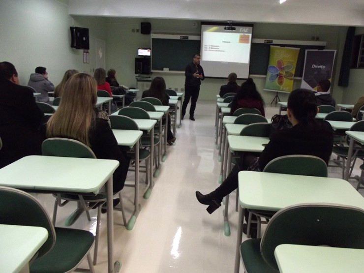 Professor Marinho dá as boas-vindas aos alunos do curso de Direito de São José dos Pinhais