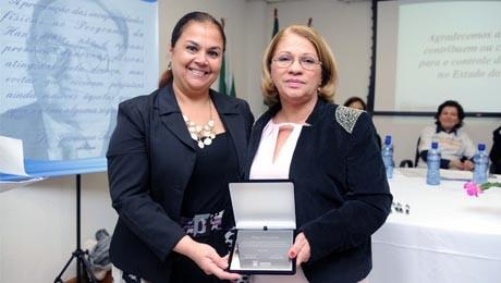Pesquisa desenvolvida na área de saúde pública recebe reconhecimento da Secretária de Estado da Saúde.