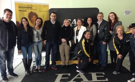 Alunos do ensino médio de aproximadamente 20 escolas participaram da Feira de Vagas, promovida pelo Viva FAE.