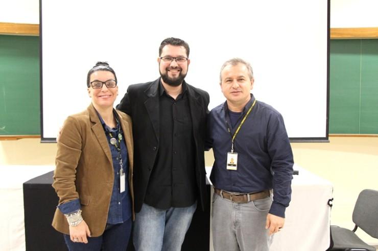 Na foto, da esquerda para a direita, a professora da FAE Luciana Teixeira, o professor e pesquisador do Grupo de Estudos sobre Cinema e Ensino de Filosofia, Alessandro Reina e o coordenador do curso de Filosofia, Frei Jairo Ferrandin