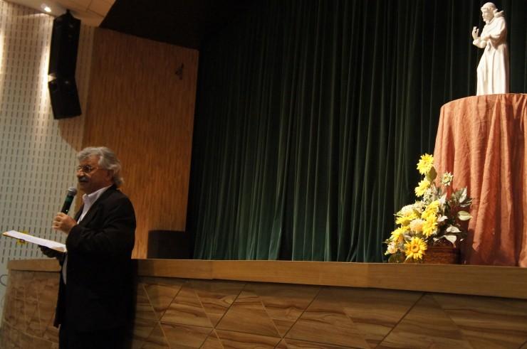 O coordenador do curso de Administração, Antoninho Caron, realiza o cerimonial do evento.