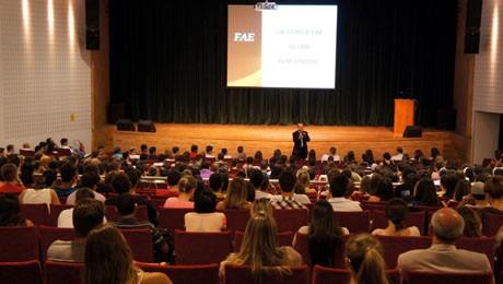 Ingresssantes da FAE são recepcionados com recados sobre Trote solidário e palestras motivacionais.