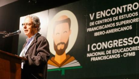 Teólogo falou sobre a construção de uma nova humanidade a partir dos valores humanos na educação.