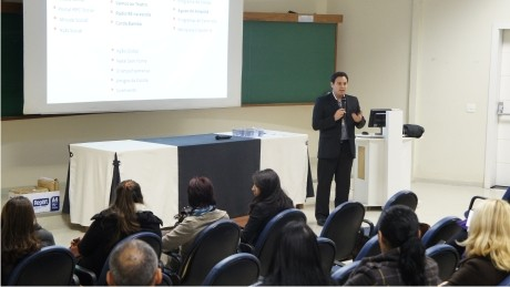 O jornal Gazeta do Povo realiza capacitação de graduandos para o projeto Ler e Pensar.