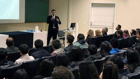 Evento que celebrou o Dia do Economista discutiu como escolhas e comportamentos pessoais influenciam as decisões econômicas.
