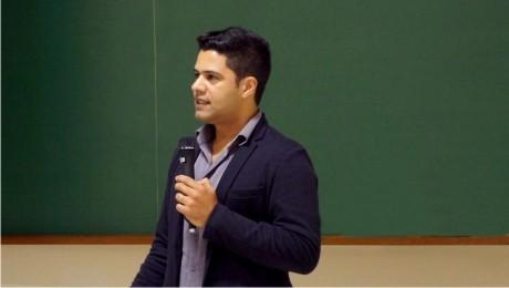 Marcelo Correa, diretor de Mídia da JWT, explica aos universitários da FAE os desafios da profissão.