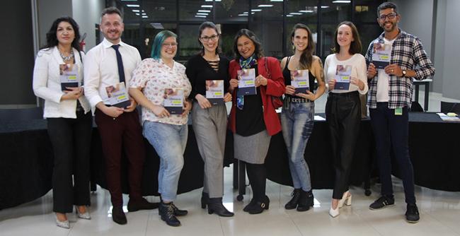 """Evento foi marcado pelo lançamento do livro """"Revisando a Profissão do Revisor"""", de autoria de alunos da Instituição"""