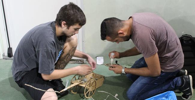 Estudantes de Engenharia Mecânica realizam uma corrida de ratoeiras para testar seus conhecimentos