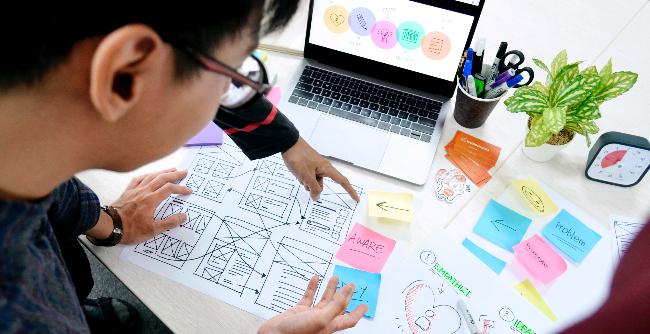 Profissional que tem como foco a experiência do usuário de serviços e produtos é cada vez mais requisitado (Foto: Unsplash | UX Indonesia)
