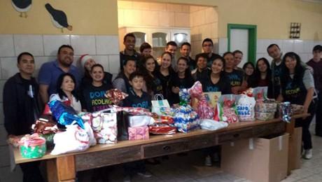 Grupo de voluntários alegra fim de ano de crianças carentes.
