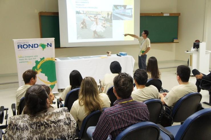 O professor Marco Antonio R. Pedroso apresenta os resultados da Operação São Francisco, do Projeto Rondon, no município de Japaratuba.