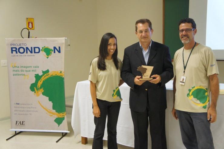 O Reitor da Instituição, Frei Nelson José Hillesheim, recebe homenagem concedida pelo Governo Federal pela participação da FAE no Projeto Rondon.