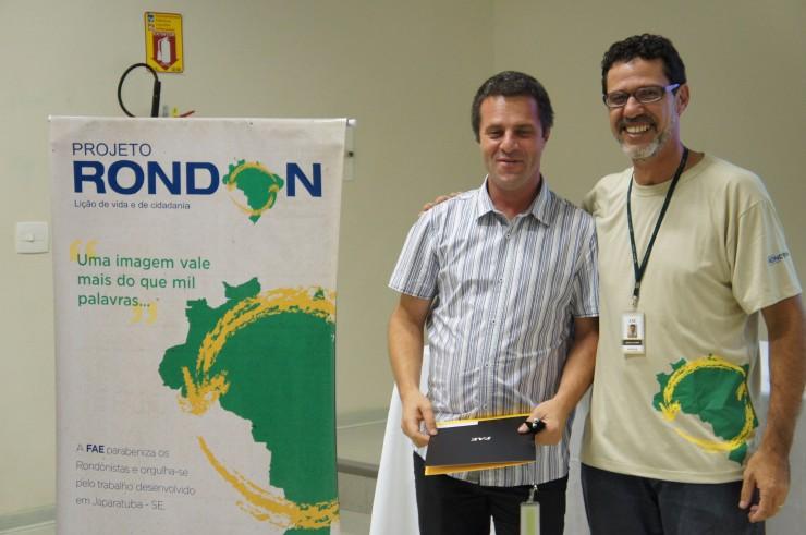 O coordenador do curso de Pós-Graduação - Comunicação Online e do curso de graduação de Publicidade e Propaganda, Randy Rachwal, recebe homenagem dos rondonistas FAE.