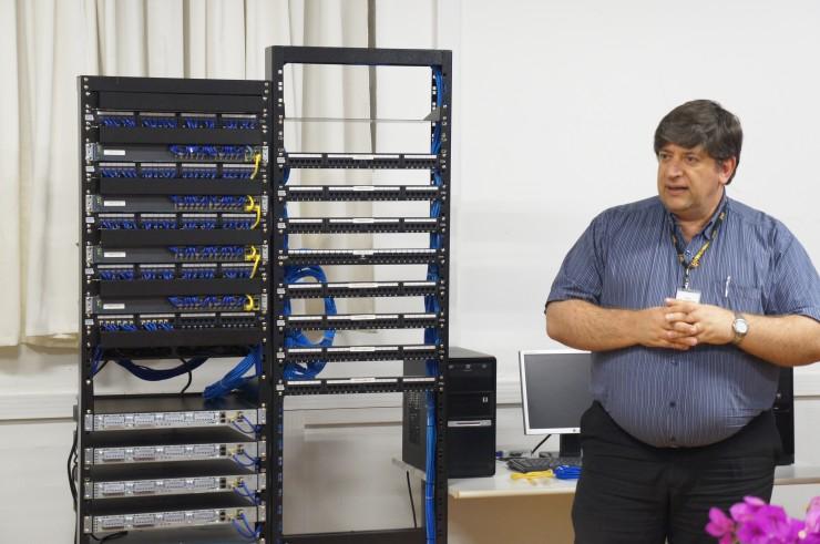 Coordenador do curso, Élcio Douglas Joaquim, apresenta o novo equipamento Cisco.