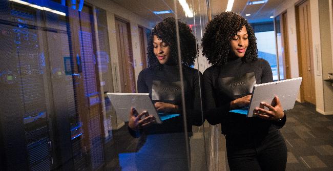 Quem usa redes sociais, aplicativos de trânsito e até de relacionamentos com certeza também está sendo impactado pela tecnologia (Foto: Unsplash   Christina @wocintechchat.com)