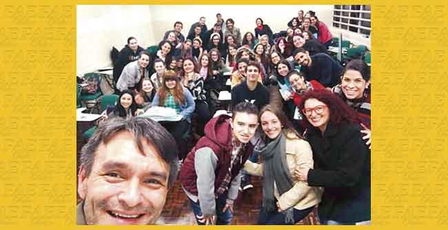 Calouros de Letras recebem familiares de aluno de inclusão na disciplina de Introdução à Libras