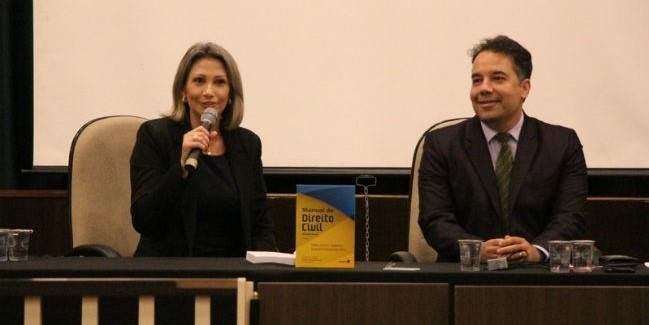 """Na oportunidade, Pamplona também realizou uma sessão de autógrafos de seu livro """"Manual de Direito Civil"""""""