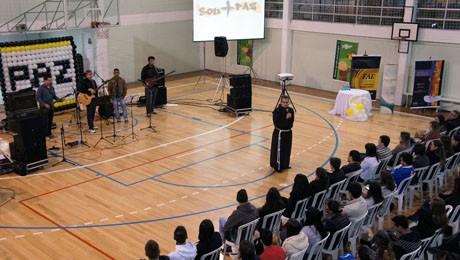 Celebração pela Paz reúne acadêmicos da FAE São José dos Pinhais.