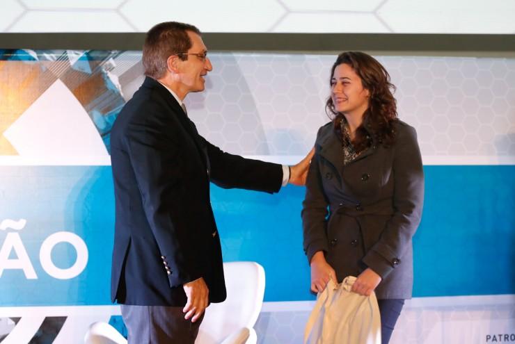 Renata Ross Kloss, classificada em terceiro lugar, sendo premiada pelo Reitor da FAE, Frei Nelson José Hillesheim.